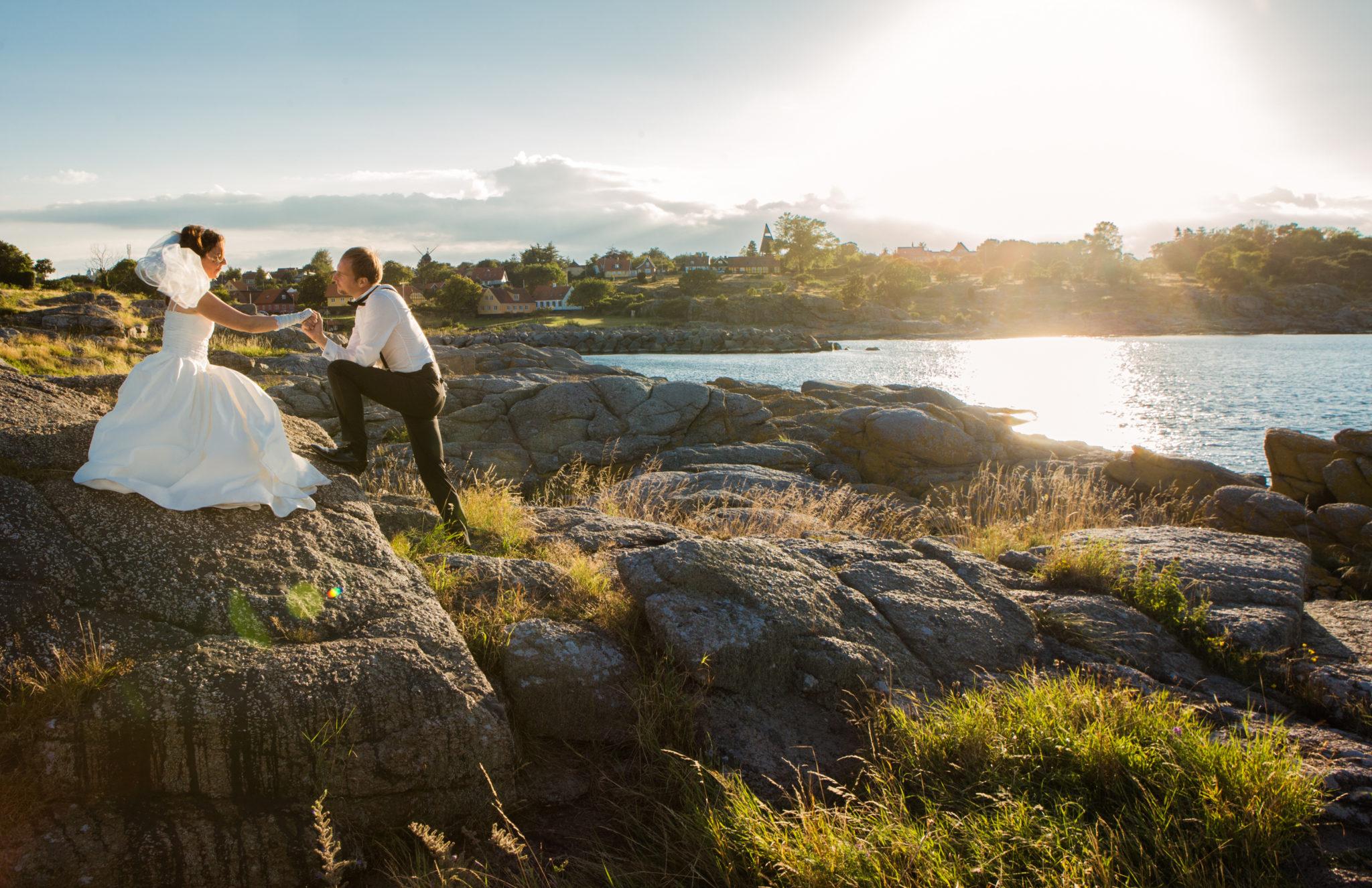 Brautpaare auf den Felsen von Bornholm in Dänemark