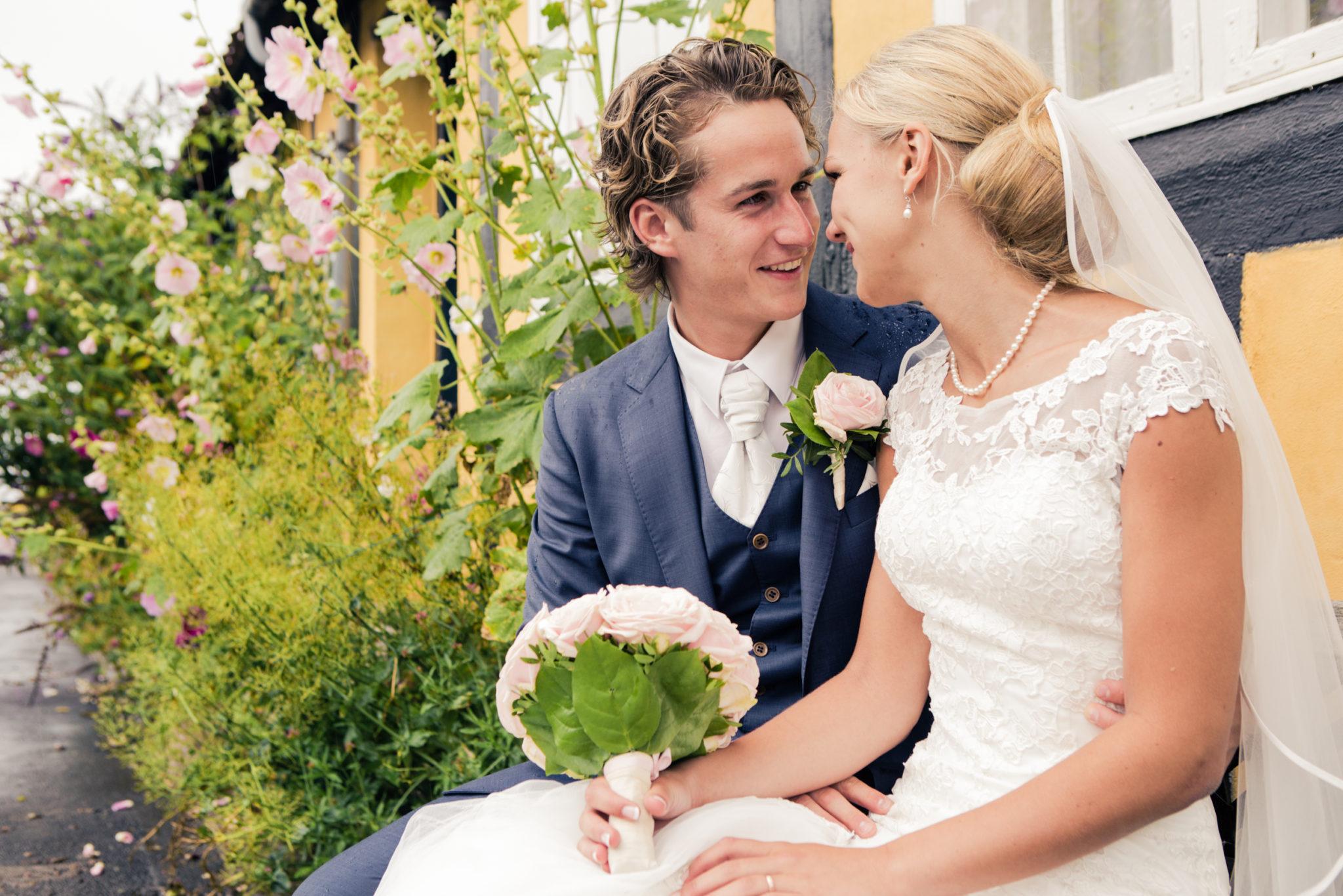 Brautpaare, die am Stadthaus auf Bornholm sitzen