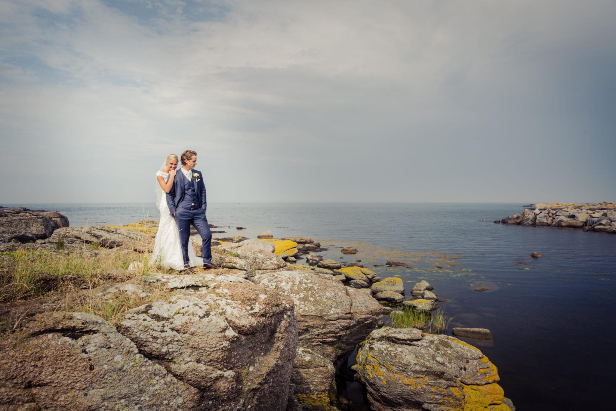 Brautpaare auf den Felsen auf Bornholm in Dänemark