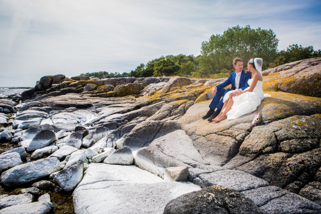wedding couple sitting on the rocks